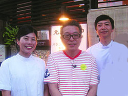 円広志さんと一緒に院長と純子先生が記念撮影