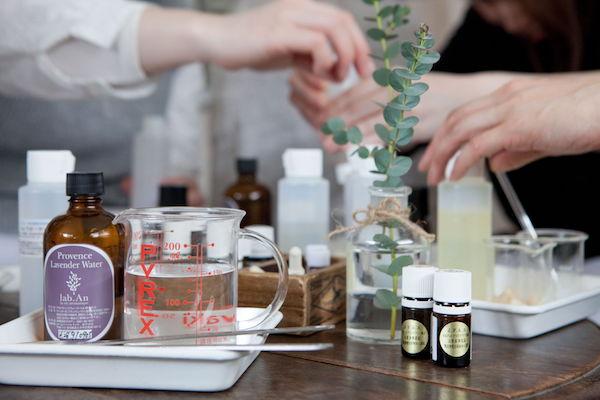 精油の瓶と精油箱