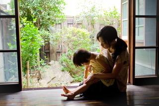 縁側で遊ぶ、親子の写真